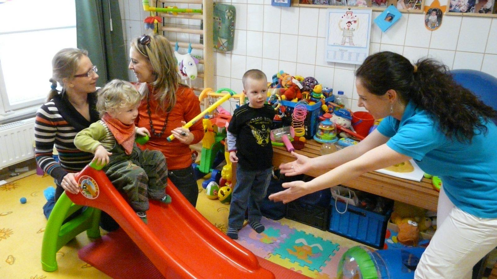 gyerekek játszanak az anyukáikkal