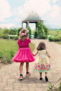 little-girls-walking-773024_960_720