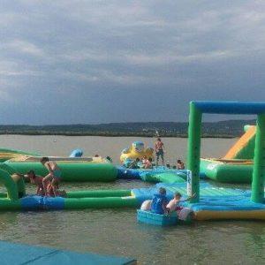 Családbarát vagány vizibirodalom a Velencei-tó partján  - Irány a Napsugár strand, irány a water jump!