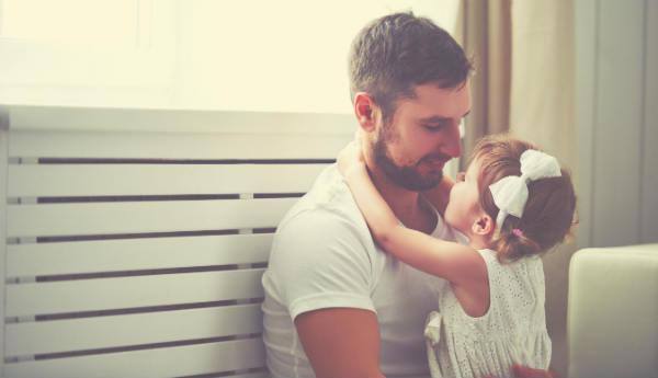 """KIRÁLY VAGY APUKÁM! Egy levél Édesapáknak az """"elég jó apává"""" fejlődésről"""