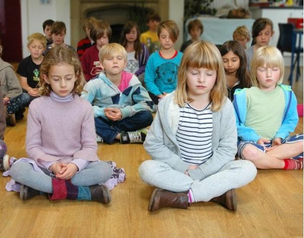 Értelmetlen meditációt tanítani az iskolában?