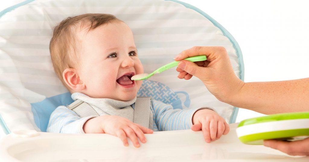 Meglepő adatok: egy év alatt a babák fele már kap édességet