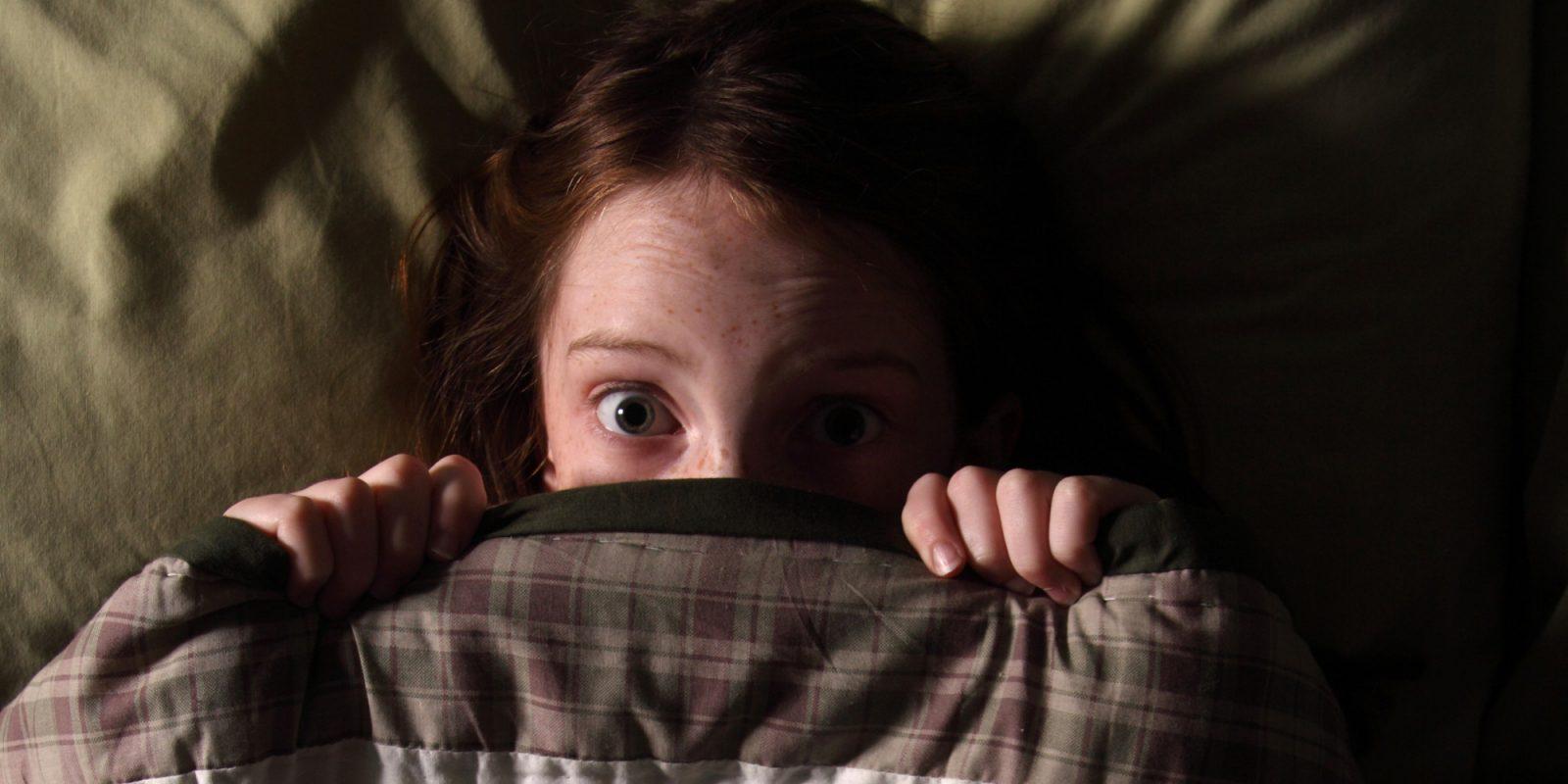 Félelem a sötéttől: mikor kezdődik és mi a teendő?