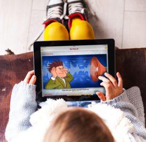 kislány táblagépen oktató műsort néz