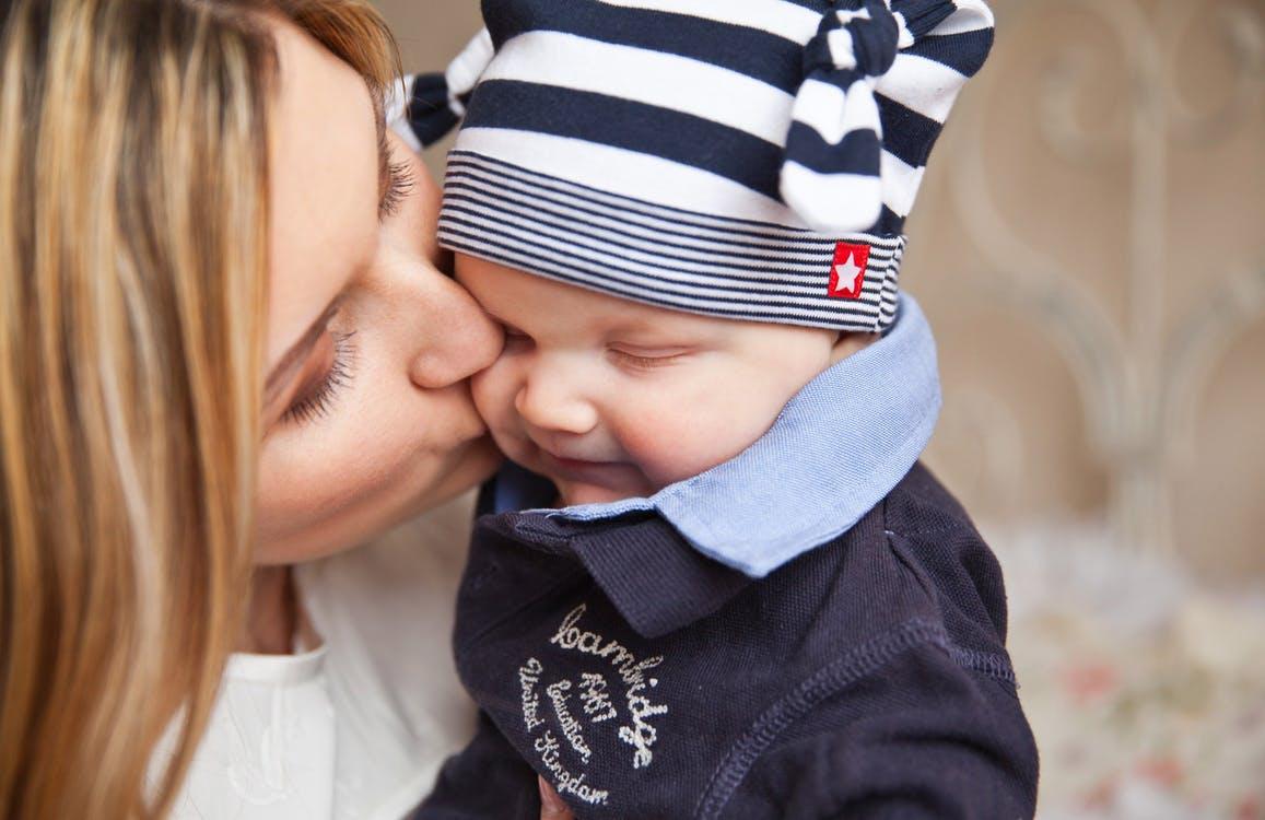 anyuka puszilja a babáját