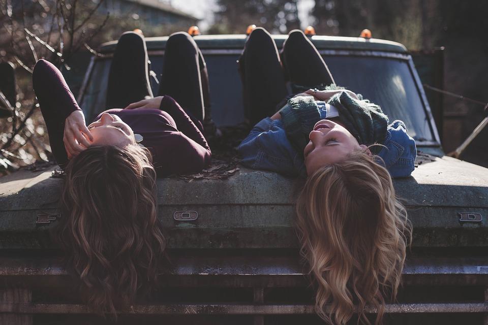 lányok fekszenek a motorháztetőn