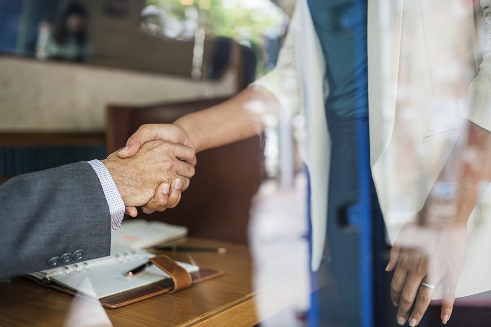 férfi kezet fog egy nővel