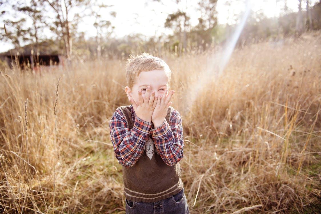 kisfiú a mezőn