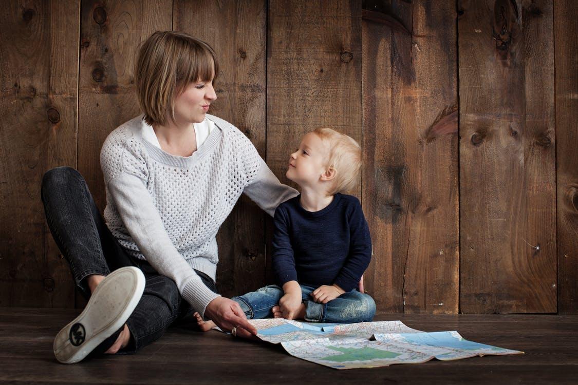 kisfiú grimaszol az anyukájával