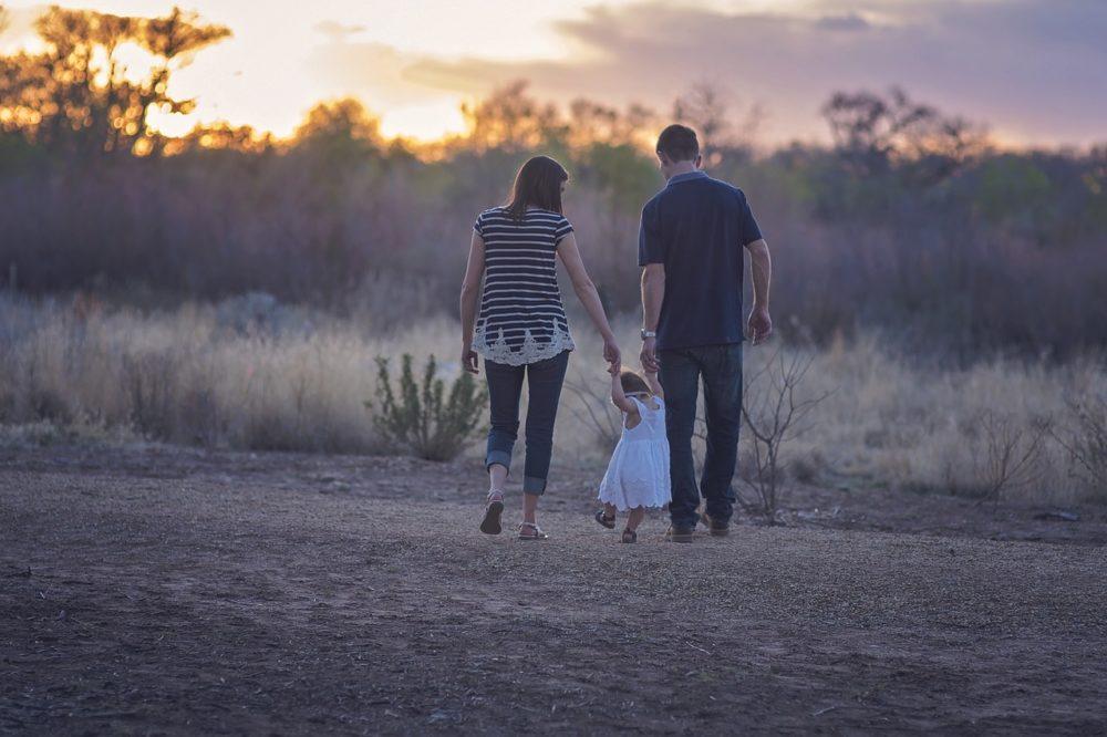 család sétál a mezőn