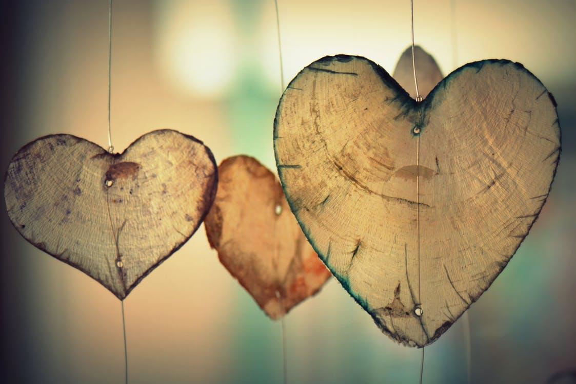 felfűzött szívek falevélből