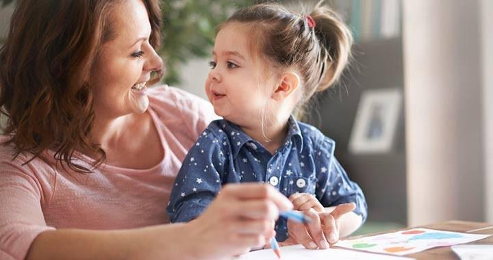 kislány rajzol az anyukájával