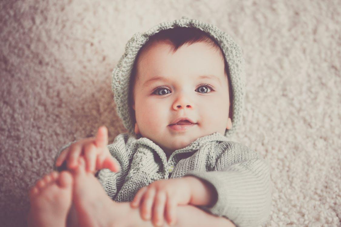 kisbaba kötött ruhában