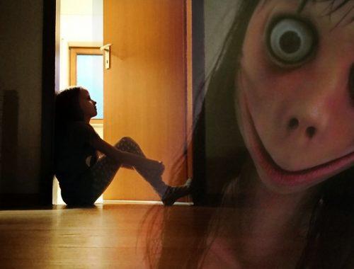 kislány ül az ajtóban, ijesztő fej