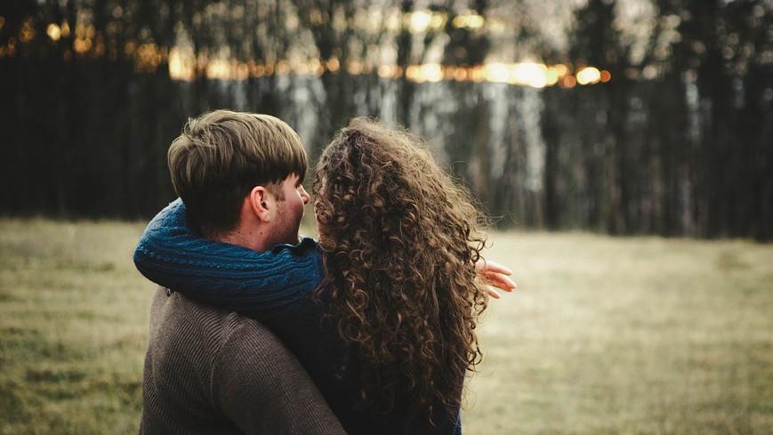 fiatal pár átöleli egymást