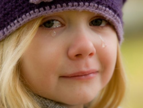 könnyes szemű kislány