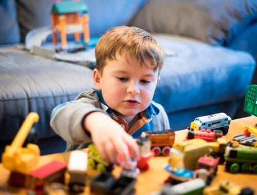 kisfiú a játékaival