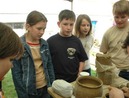 gyerekek kézműveskednek