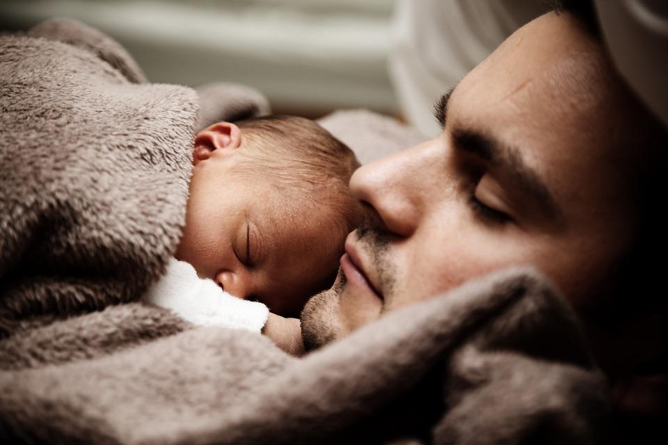kisbabával alvó apuka