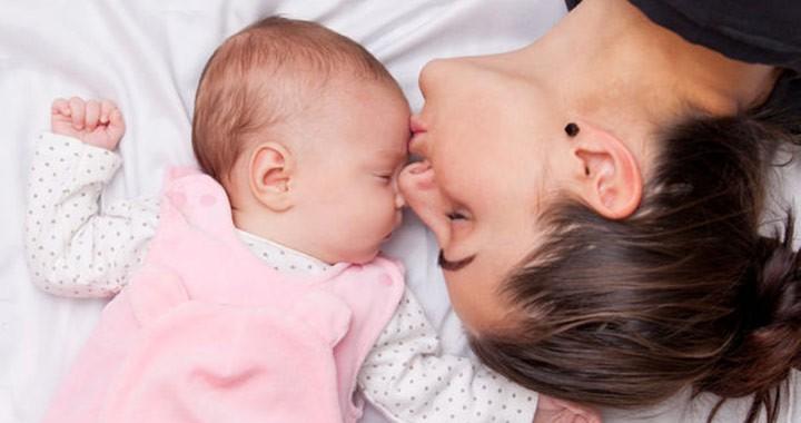 kisbaba az anyukájával