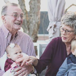 Az unokákra való vigyázás meghosszabbíthatja a nagyszülők életét!
