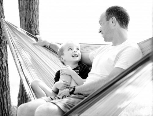 kisfiú ül az apukájával a nyugágyban