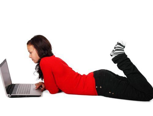 laptopozó lány