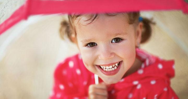 mosolygó kislány
