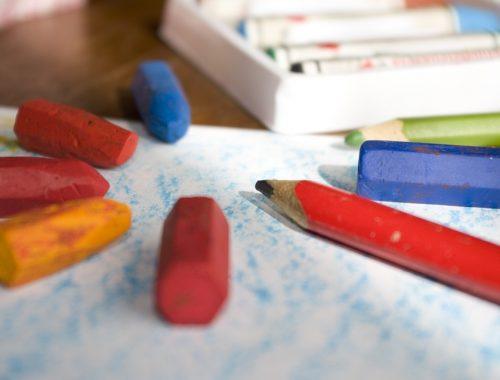 ceruzák papírral és zsírkrétával