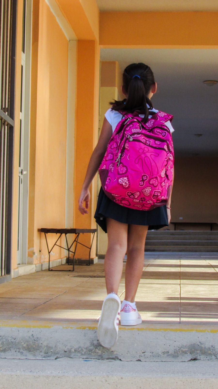 kislány rózsaszín iskolatáskával
