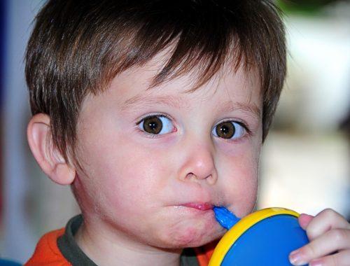 kisfiú iszik szívószállal