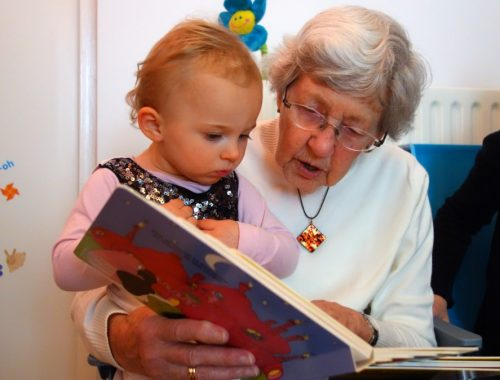 kislány könyvet olvas a nagymamájával