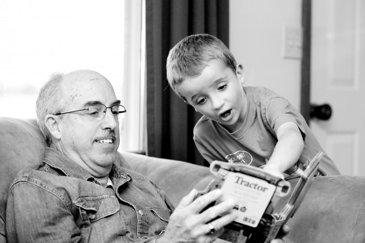 kisfiú könyvet olvas az apukájával