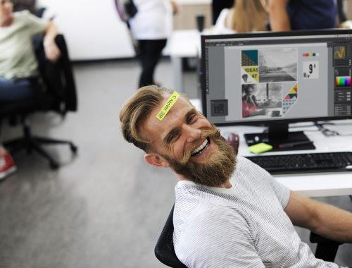nevető szakállas férfi