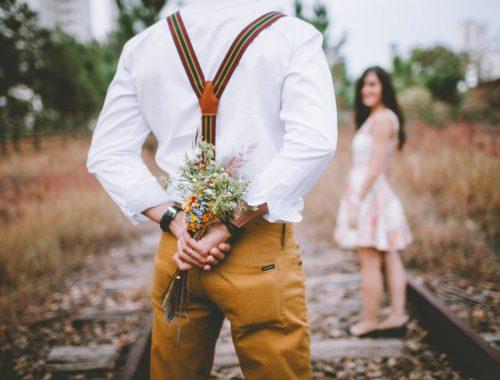 férfi csokrot tart a kezében