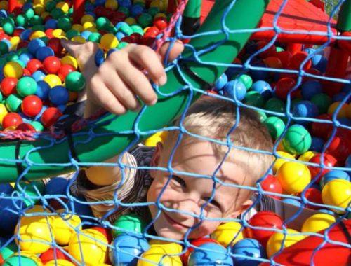 kisfiú műanyag labdákkal