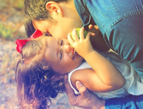 kislány játszik az apukájával