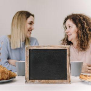 kamaszlány beszélget az anyukájával