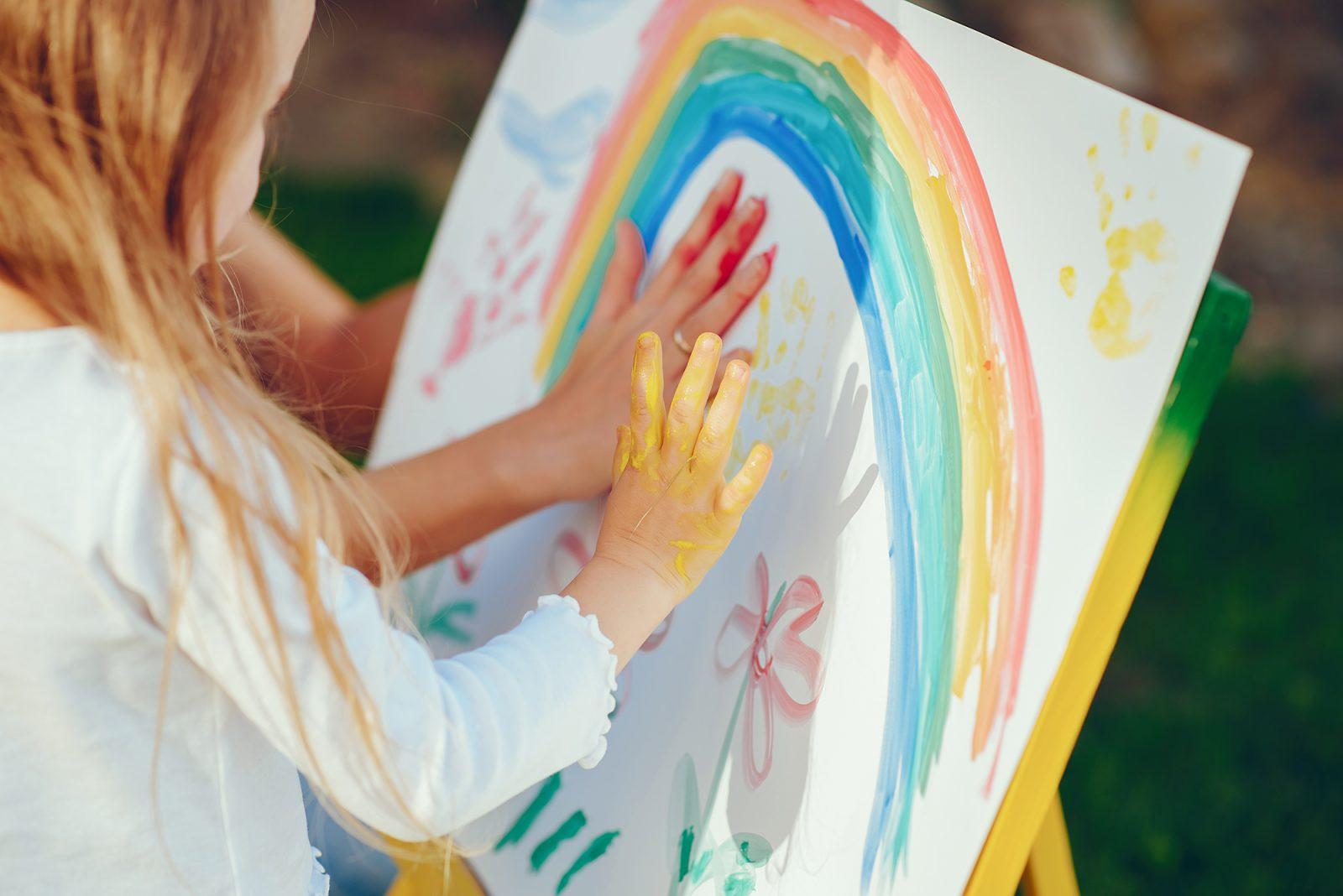 szőke hajú kislány fest kézzel