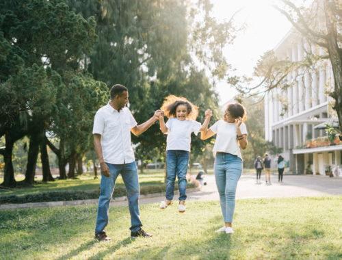 család sétál a parkban