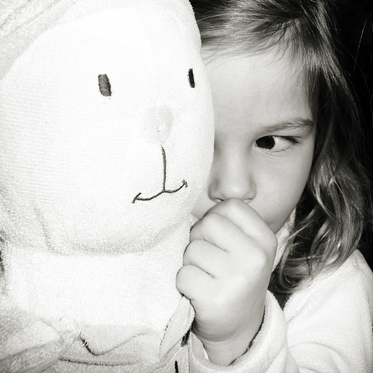 kislány a játékával