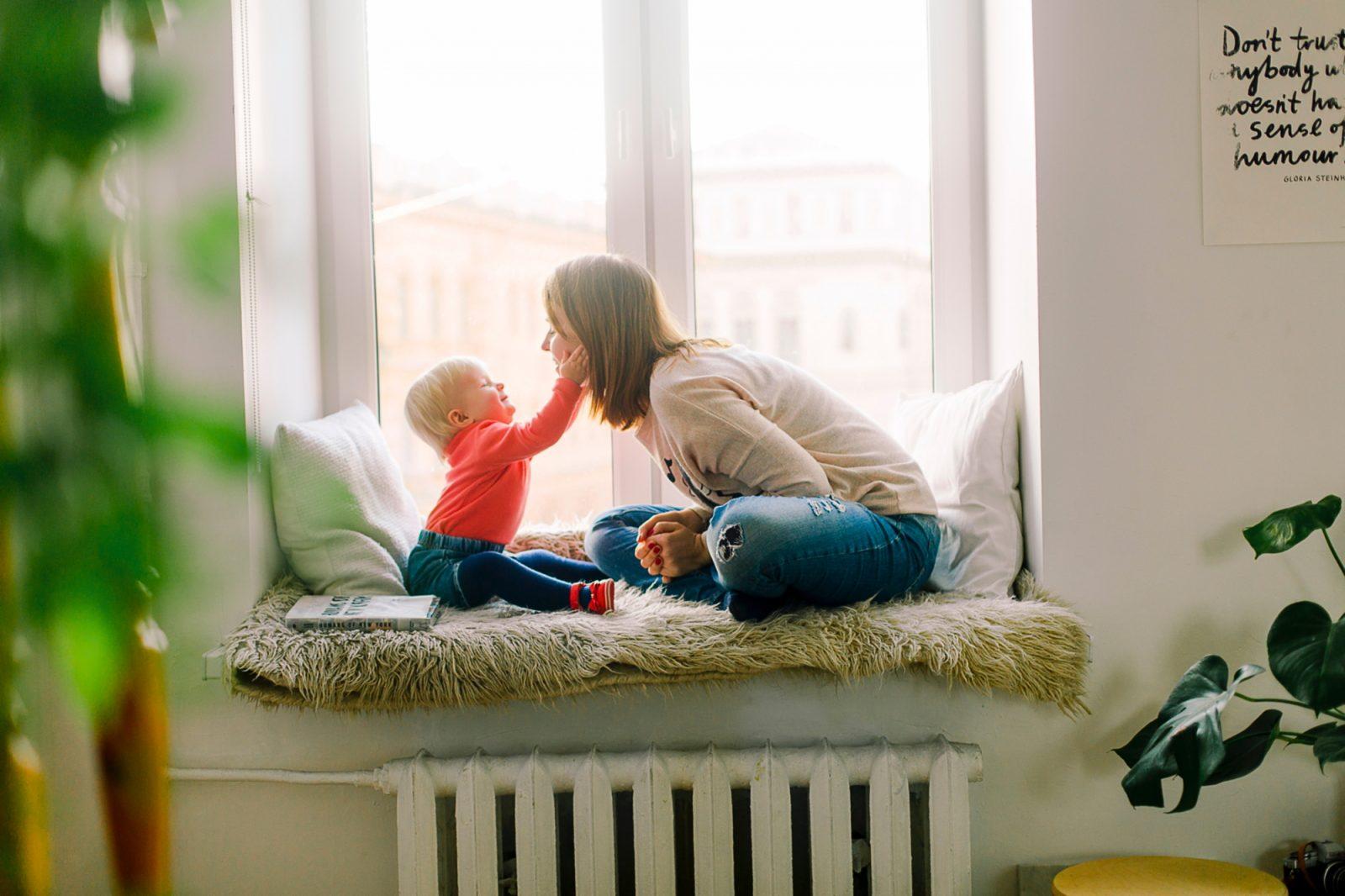 kisbaba simogatja az anyukáját