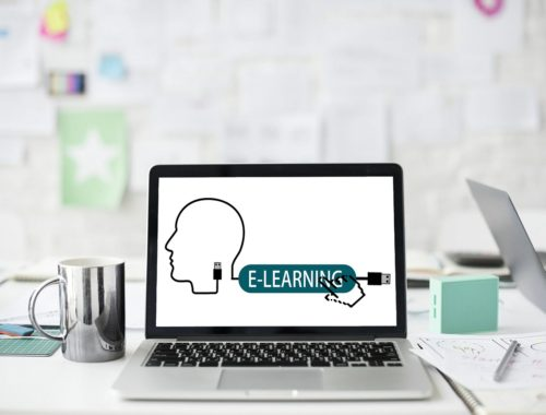 e-learning felirat egy laptopon