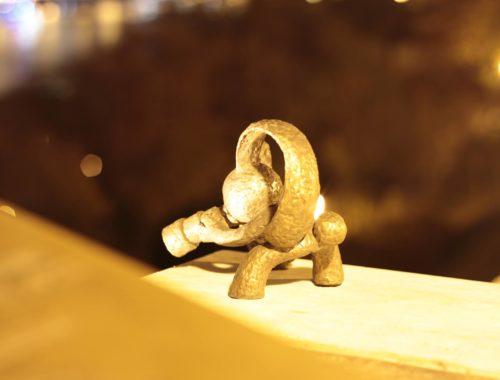 kockásfülü nyúl szobor