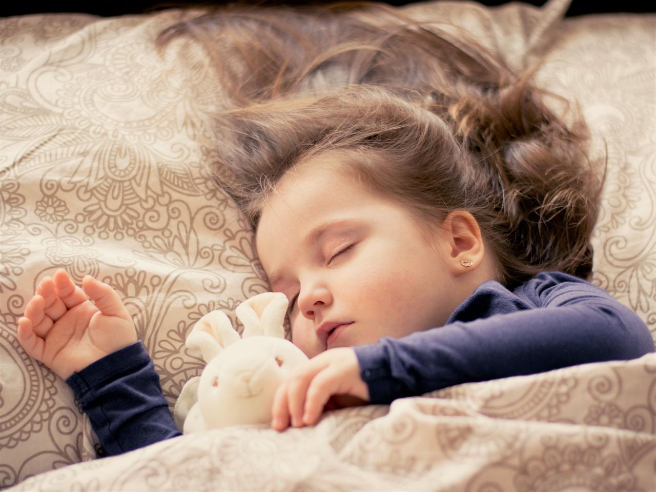 kislány alszik egy nyuszival