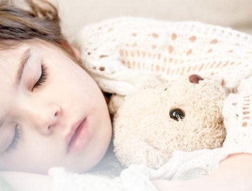 kislány alszik egy plüss macival