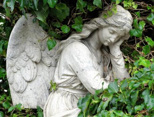 fejét támasztó angyal szobor