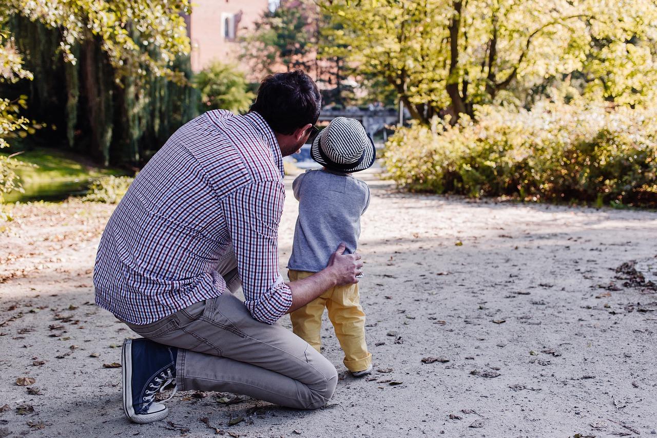 apuka sétál a kisfiával az erdőben