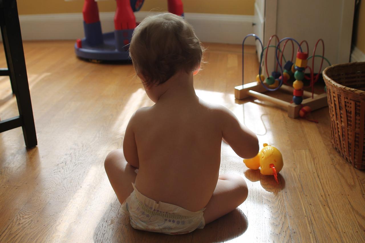 kisbaba ül a padlón