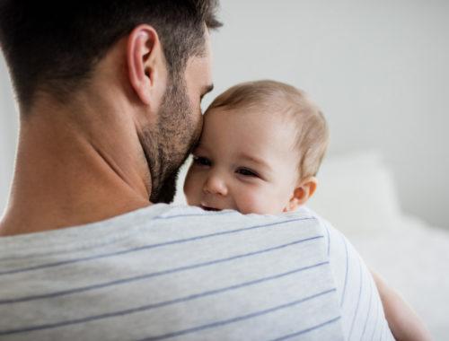 apuka kisbabájával a karjában